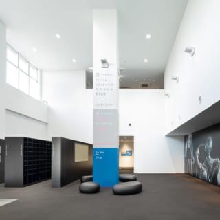 【1階/大人ゾーン】明るい自然光が差し込む吹抜けのエントランスホール。左奥はシューズロッカー。その先にはエレベーターと階段があり、ロッカールームやスタジオがある2階、3階へ移動できる