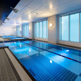 【1階/大人ゾーン】1階にはメインプールのほか、大人専用のウォーキングプール、バイブラバス、ジャグジーを完備。目的に合わせたトレーニングやリラクゼーションを楽しめる