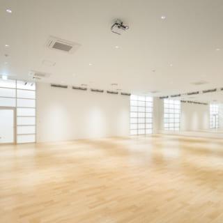 【3階/大人ゾーン】第1スタジオ(映像・照明・音の融合スタジオ)。レズミルズやラディカル、MOSSAなどのプレコリオやエアロビクス、ピラティスなどが行われる。3階は広大なジムスペースのほかにも3つのスタジオがあり、さまざまなフィットネスメニューを楽しめる