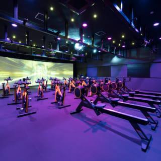 【3階/大人ゾーン】第2スタジオ(照明と映像によるエキサイティングスタジオ)。気分が上がる照明・映像演出でトレーニングに励むことができる