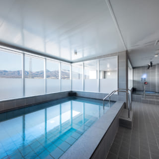 【2階・3階/大人ゾーン】2階の女性浴場、3階の男性浴場はゆったりとした造りで、外の空気を吸える外気浴もある。窓越しに広がる浅間山を眺めながらの入浴は、まさに温泉気分