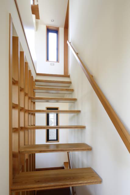 2階から3階へ上る階段はストリップ階段とすることで、高窓からの光が下まで差し込み、空間に広がりをもたせた