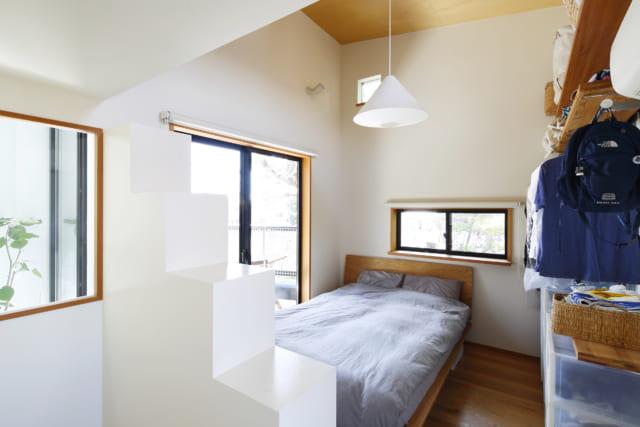 3階の寝室は、天井も高く、バルコニーに面して開放的。ワードローブにはその季節に必要な衣類をコンパクトに