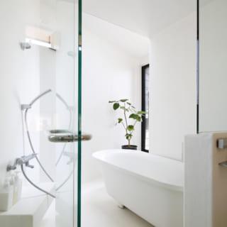 テラスに面したバスルーム。天窓もあり露天風呂気分を味わえる