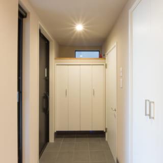 ホール側から自宅玄関を見る。写真右側の扉はシューズインクローゼットにつづき、趣味用品が収納しやすい