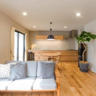 施主様のご自宅、贅沢に空間をつかったLDK。床材はオーク材を、壁面は卵の殻を原料にした「エッグペイント」で塗装しナチュラルな雰囲気に。エッグペイントは吸保湿性があるほか、化学物質が含まれていないので、小さなお子様がいらっしゃるご家庭にもおすすめなのだとか