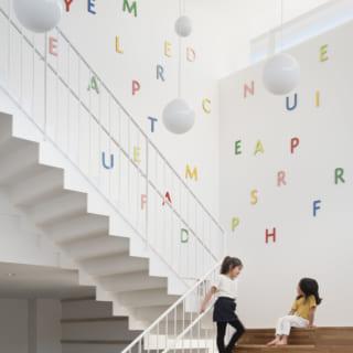 【1階/子どもゾーン】同じ色の文字をつなげると単語になる「文字のボルダリング」。楽しく知力を伸ばせる