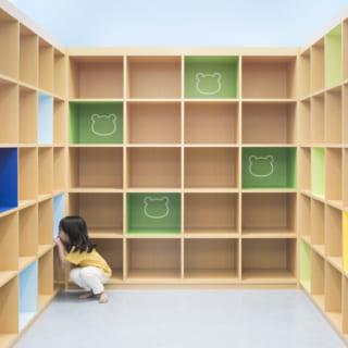 【1階/子どもゾーン】カラフルな色使いがかわいい子ども専用のロッカールーム。男女別のほか、親子で使えるファミリーロッカーもある