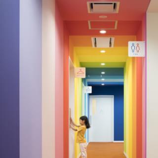 【1階/子どもゾーン】子ども専用のエリアは通路もカラフル。歩いているだけで楽しくなる空間だ