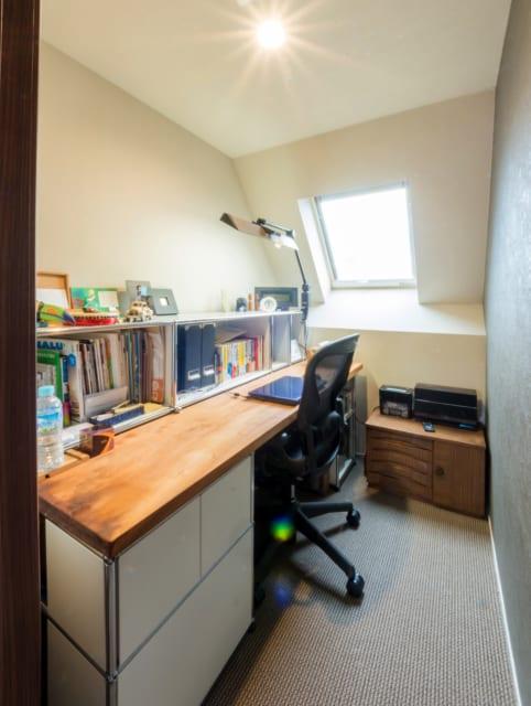 自宅3階、コンパクトな書斎は秘密基地のようで、その「こもり感」ゆえに仕事もはかどる