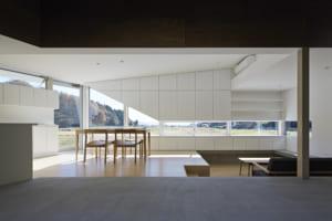 室内を区切るものは壁ではなく、光と影。 美しい景色を、より魅力的に切り取る家