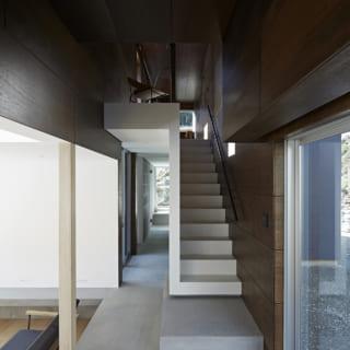 各居室をつなぐ軸空間。西側(写真奥)の先端を開口し遮る扉を省いたことから、室内が広々と感じられる