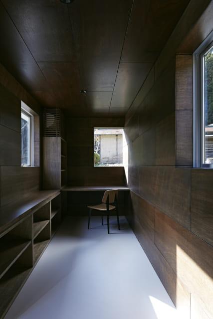 本棚もとりつけた書斎。細長く、読書に適した落ち着きがある。正面の窓からはご実家の木小屋が見える