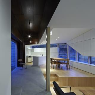 軸空間の床はコンクリート。蓄熱式床暖房を仕込むことにより、冬場は家全体を暖めることができる