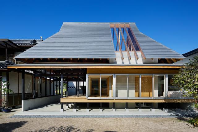 大屋根のアウトラインはそのままに、大きく減築し土間と板間のユーティリティー空間で開放感を演出