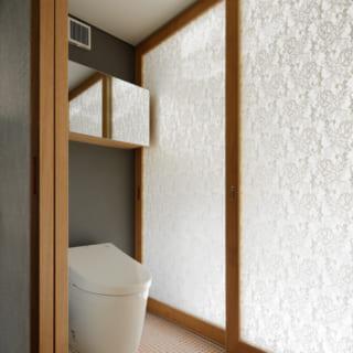 寝室と洗面所・風呂場の間にあるお手洗い。使用時は2人が考案したオリジナルのガラス扉でプライバシーを確保