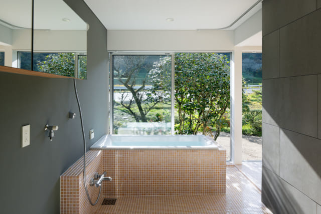 バリアフリーにも配慮したバスルーム。庭の景色を見ながらの入浴は、露天風呂気分を味わえる