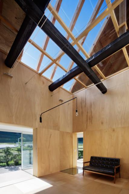 リビングの上は、ガラス張りの屋根と天井。日差しが入り込み日本家屋特有の暗さを感じさせない