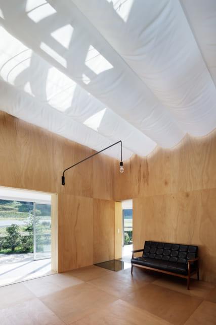 日差しが強すぎるときは、天井に白い日除け幕を張り全体を柔らかく照らす