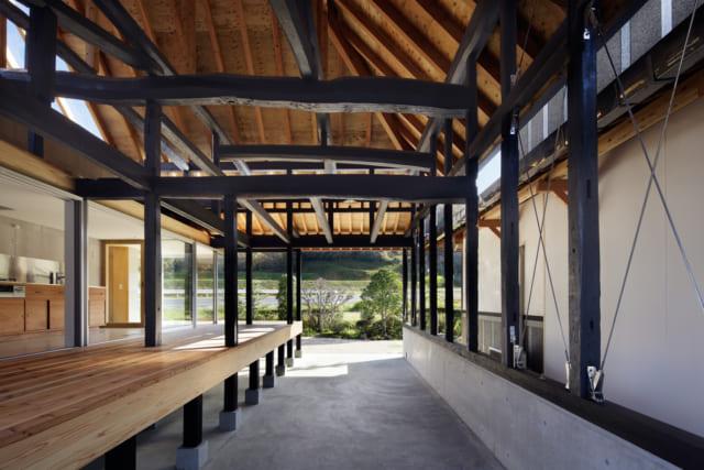 基礎を作り直し、床面を1mの高さに嵩上げ。構造材の梁はそのまま活かし、現しとすることで高さから感じる開放感も演出
