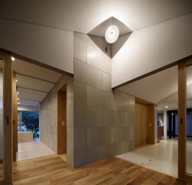 寝室はリビング、キッチン、トイレへと最短アプローチで行くことが可能。天井の照明がもたらす光と影の模様も趣がある