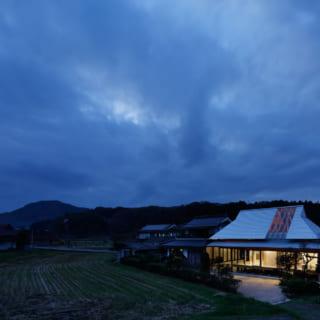 夜になると、大きな開口からの明かりが、行灯のように周囲をぼんやりと照らしてくれる