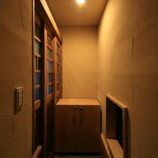 上階への階段に続く、子世帯専用の土間。写真左の引き戸の先には親世帯との共用土間がある