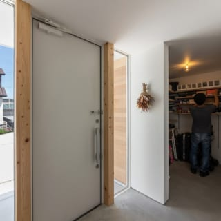 玄関のすぐ横には、広々とした土間収納を設けている。シューズクロゼット、倉庫として利用できるのが便利