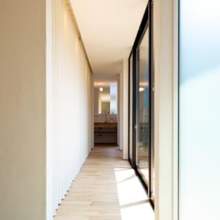 東側の辺。カーテンの裏の多目的室は、将来子ども部屋にもできるようあえてフレキシブルに使える空間とした