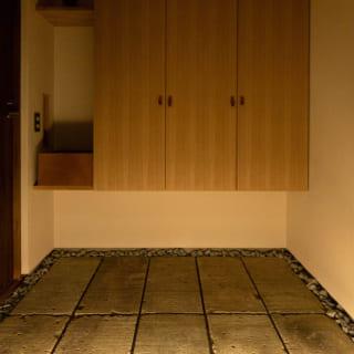 玄関には以前K様のご実家の塀に使われていた大谷石を転用した。「古いものを生かすことも大事」と堀井さん