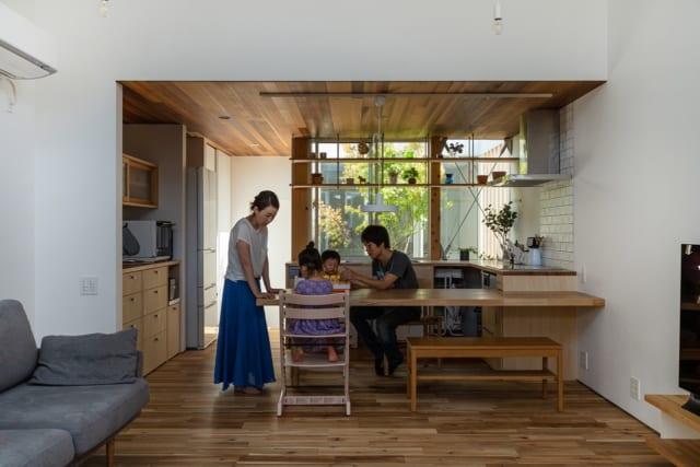 ダイニング・キッチンはリビングと一体空間ながら、少し天井高を下げることでスペースを分けている。キッチンの北向きの窓には、奥様お気に入りの飾り棚も造作