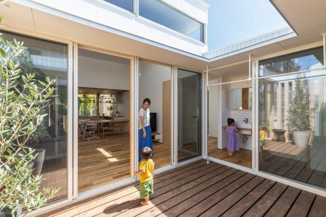 LDKと子ども部屋とを繋ぐ中庭のウッドデッキ。サッシに囲まれており、見通しの良いオープンエアな空間。天気の良い日には、家族で青空ランチやカフェも楽しめる