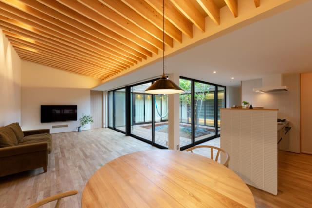 開放的な空間にするために、扉はできるだけ排除した。主に廊下として機能する部分は天井を低く、部屋とするところは高くしたことでメリハリが効いた室内になっている。画像奥の引き戸は玄関に繋がる