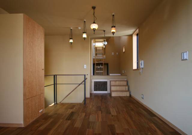 3階・子世帯の奥さまの寝室。トルコランプは奥さまと和子さんが一緒に谷中の体験ショップを訪れ、つくり上げたもの。奥の床が高い部分は洗面スペース、その左は浴室。水まわり近辺にはハイサイド窓や屋上の塔屋への出入口があり、空に意識が向いてのびやかな開放感を得られる