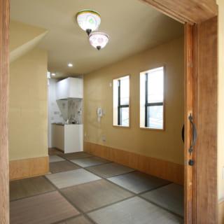 1階共用土間から親世帯の和室を見る。床はバリアフリーで、引き戸を開け放すと大きな1室空間として使える