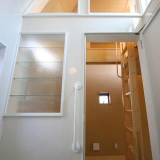 3階・子世帯の浴室から上方を見る。屋上に飛び出した天井まわりに窓があり、空へ抜ける開放感が気持ちいい