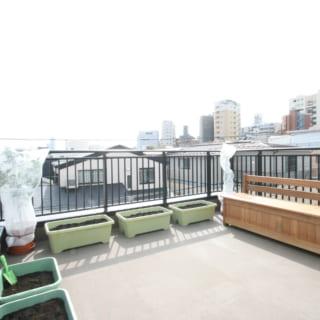 バーベキューなどもできる屋上は、ガーデニングを楽しむ場としても大活躍。反対側の景色ではスカイツリーも見える