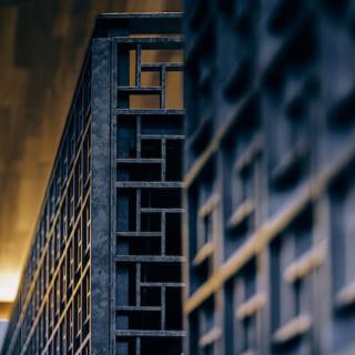 ワークスペースの手すり壁はスチール製。バリの高級リゾートホテルを彷彿とさせるデザインだ