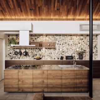 2階キッチンはオリジナル。カウンター収納や奥の収納扉は高級感のあるウォルナット。カウンターが大きく、レイアウトもゆったりとした贅沢な空間使い。家族みんなで料理をつくるといった和やかな時間を楽しめる
