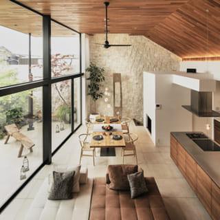2階LDKは天井高4.3mの大空間。テラス側は全面窓で、大胆に外とつながる開放感が心地いい