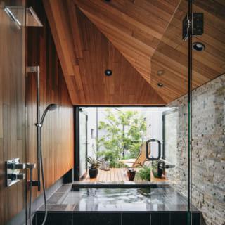 2階バスルーム。緑に彩られたバスコートがあり、リゾート気分で入浴を楽しめる