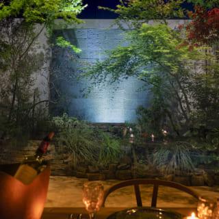 夜になると、テラスのアクアウォールが間接照明で浮かび上がり、リゾートホテルのような雰囲気に