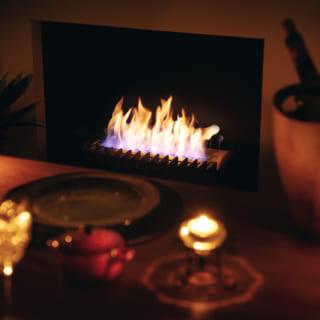ダイニングには煙やすすが出ず、メンテナンスしやすいエタノール暖炉も。幻想的にゆらめく炎が豊かな食卓を演出する