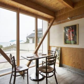 店内で一番人気という席。海へと続く道、里山の風景や地元の人の暮らしぶり、おおらかな海を一望できる