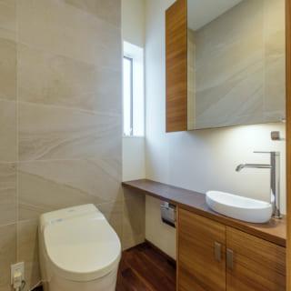 トイレは主寝室内、バスルーム付近など邸内に3つある。1階のトイレはパッシブ冷暖の効果で冬も暖かい