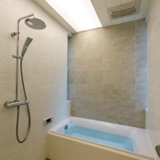 バスルームは白が基調の明るい空間。壁の両脇にはスリットの出窓があり、外部の視線を気にせず換気できる