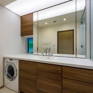 洗面室。パッシブ冷暖のおかげで、冬でも快適に使える。ゆったりとした洗面カウンターはオリジナル