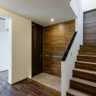 玄関脇の階段をのぼると中2階、2階に続く。階段の踊り場にはトップライトがあり、明るい光が差し込む