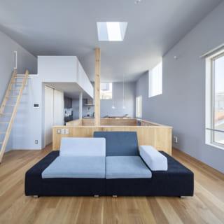 2階リビングスペース。イノウエヨシムラスタジオは、両サイドに窓がある空間づくりを意識している。どこにいても「外と外」に挟まれるため、大胆な大窓がなくても屋外のような心地よさ