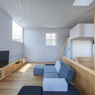 2階リビングスペース。写真右奥にはロフトもある。ソファの置き場所はあらかじめイメージし、吹穴を背にして座れるように計画。お子さまはソファに後ろ向きに座って吹穴から1階を見下ろし、1階にいる家族と話したり手を振ったりと、空間のつながりを楽しんでいる